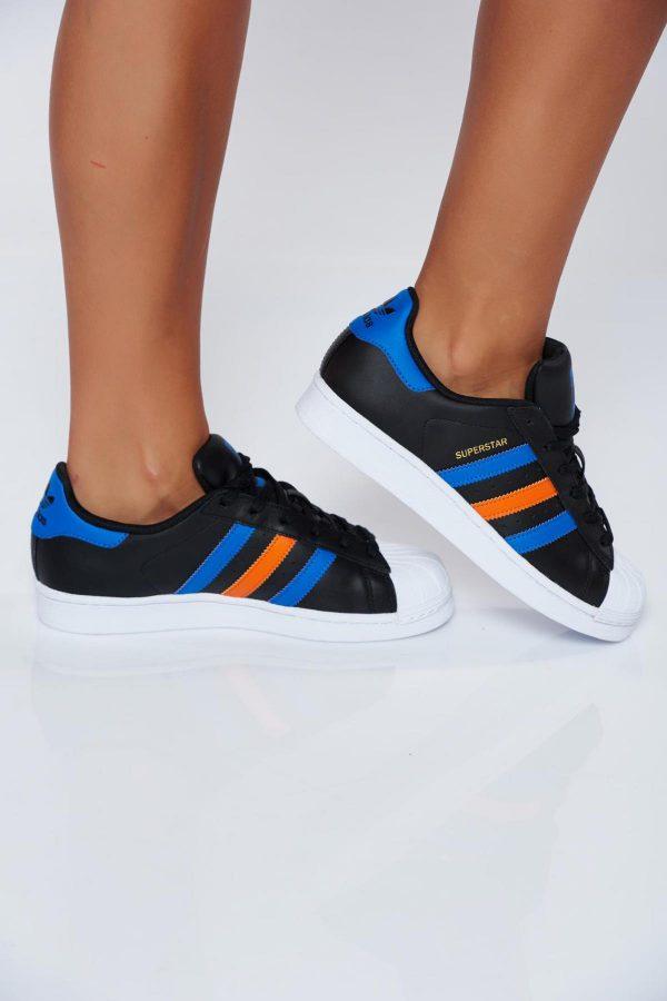 Fekete Adidas originals hétköznapi sport cipő fűzővel köthető meg ... dee101a9b8